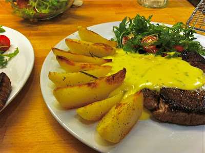 Steak with Potato Wedges and Sauce Béarnaise